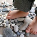 Bosá chůze prospívá chodidlům!